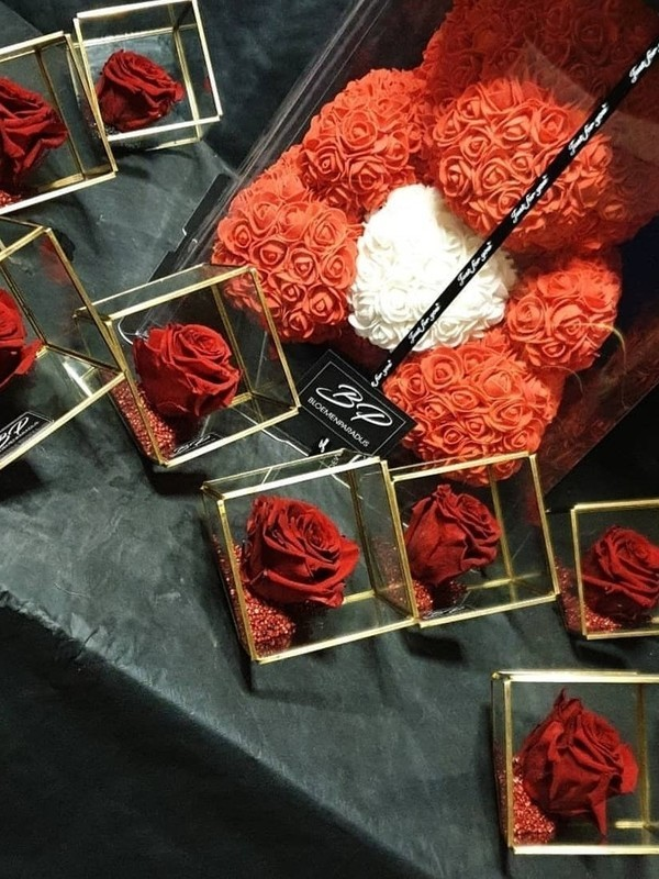 Kubus met gestabiliseerde roos